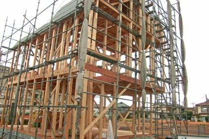 在来工法の建築中の住宅