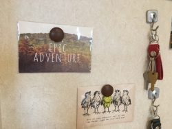 家の中の時計やカレンダー掲示するための文房具。モデルハウスの飾付けを例に紹介