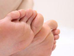 足の匂いの原因と対処法