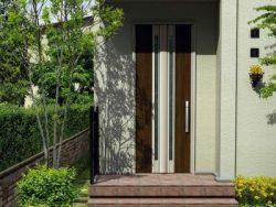 点検の専門家が玄関ドアのお手入れ方法をアドバイスいたします。